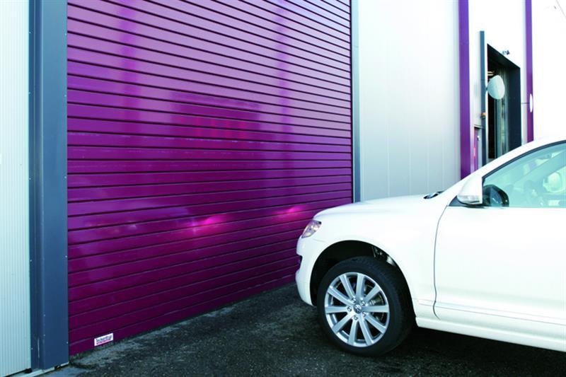 priemyselné rolovacie brány fialové