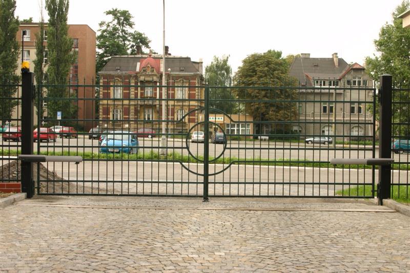 poháňaná otočná vjazdová brána