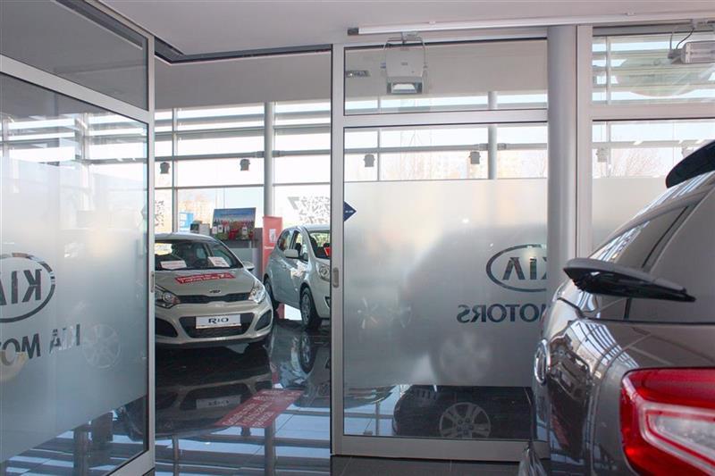 hliníková konštrukcia automatické dvere autosalón