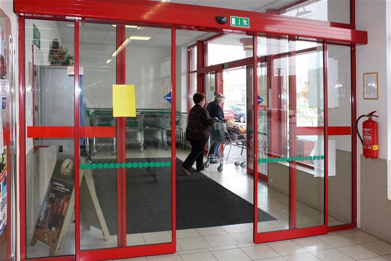 hliníková konštrukcia automatických dverí v supermarkete