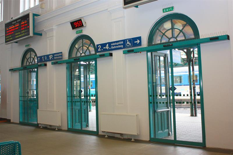 Automatické posuvné dvere na vlakovom nádraží