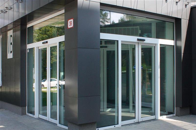 Automatické posuvné dvere v komerčnej budove