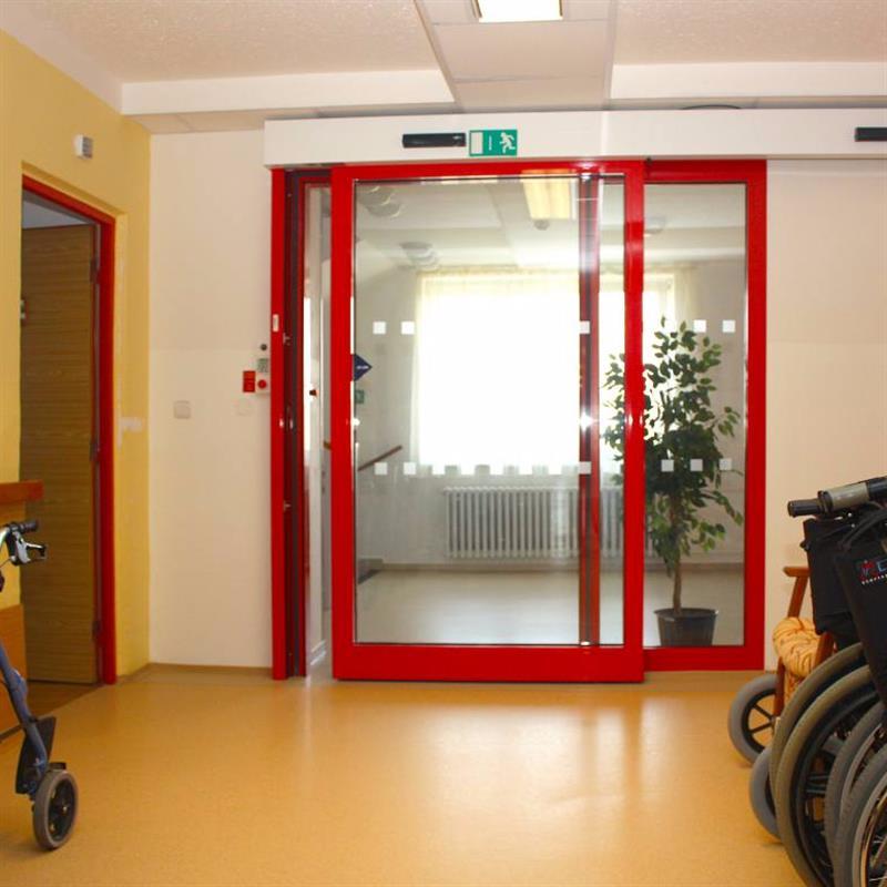 protipožární jednokřídlové automatické posuvné dveře pro domov důchodců červené