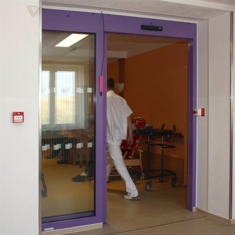 protipožární jednokřídlové automatické posuvné dveře pro domov důchodců fialové