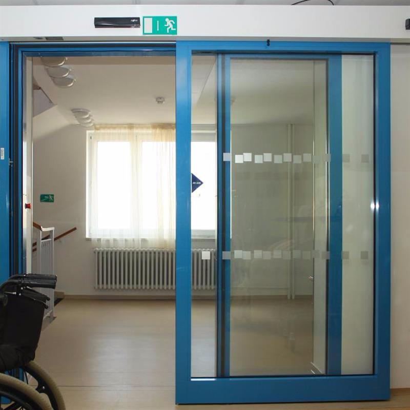 protipožární jednokřídlové automatické posuvné dveře pro domov důchodců modré
