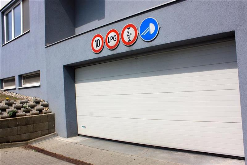bezpečnostná sekčná garážová brána svetlá