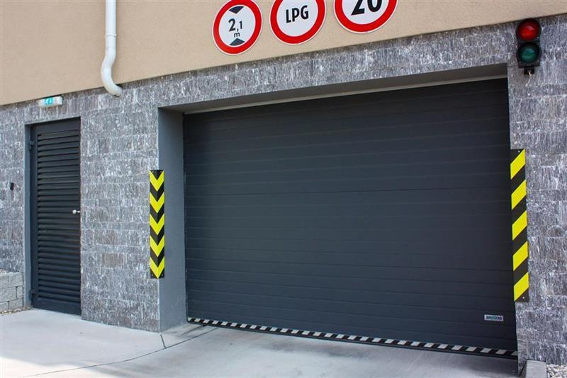 bezpečnostná sekčná garážová brána tmavá
