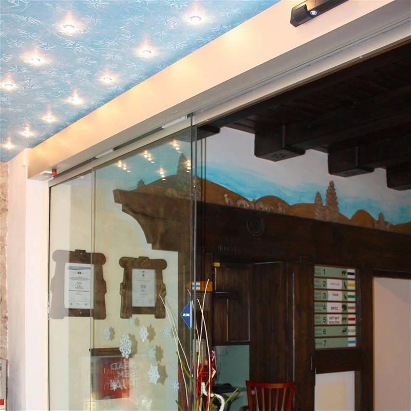 bezrámové automatické dveře na recepci v Beskydech 3