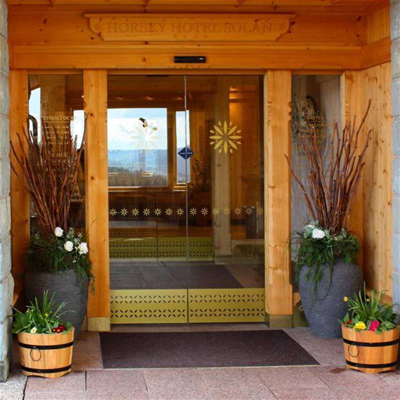 celoskleněné dveře s dřevěnými lištami pro beskydský hotel 3