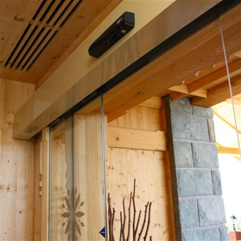 celoskleněné dveře s dřevěnými lištami pro beskydský hotel