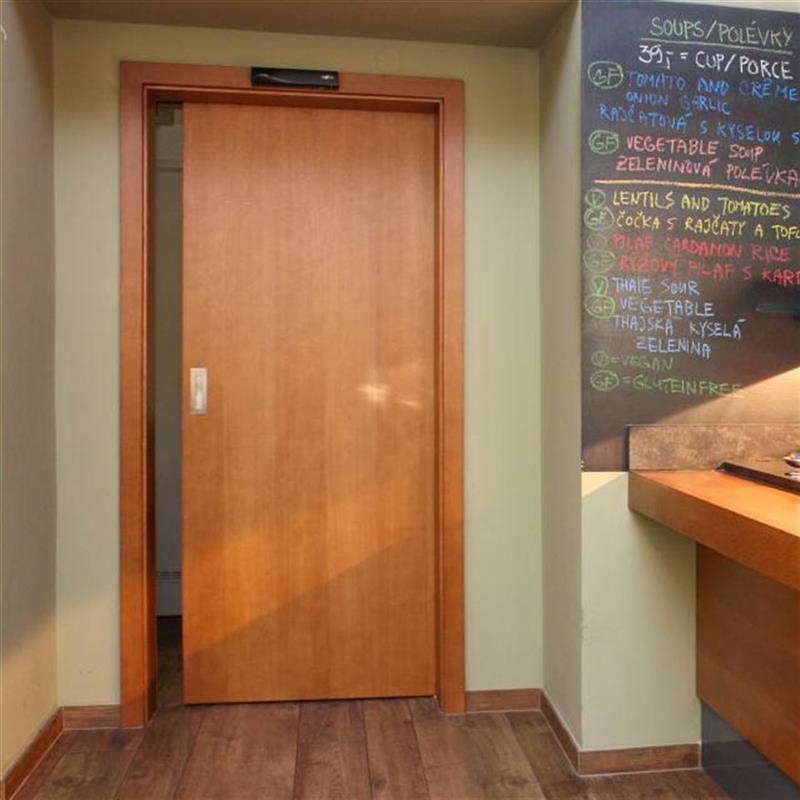 dřevěné jednokřídlé dveře do restaurace