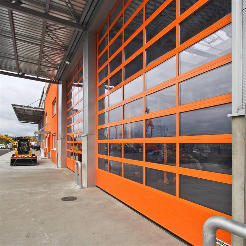 Sekční garážová vrata v oranžové barvě
