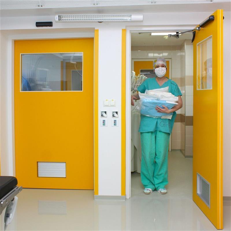 Jednokřídlé automatické dveře ve žluté barvě