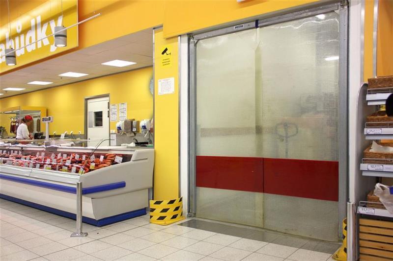 kyvná brána v hypermarkete