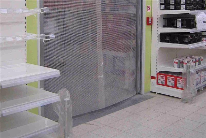 kyvná brána v obchode 2