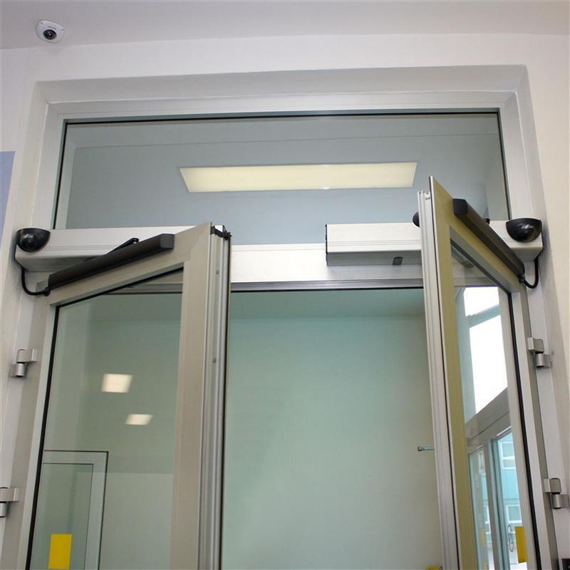 otočné automatické dvoukřídlé dveře reference