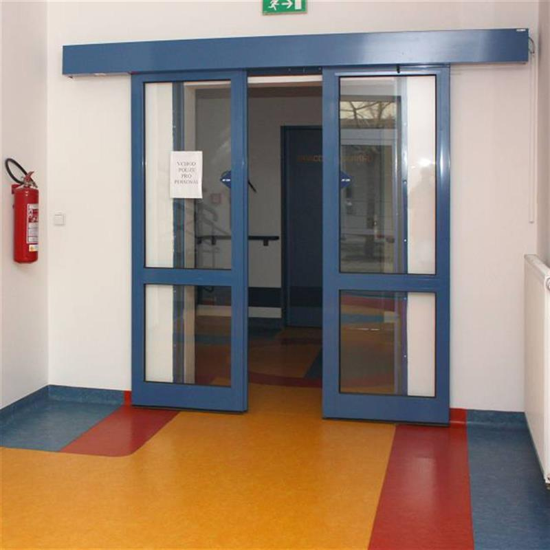 Posuvné automatické dveře v požadované barvě