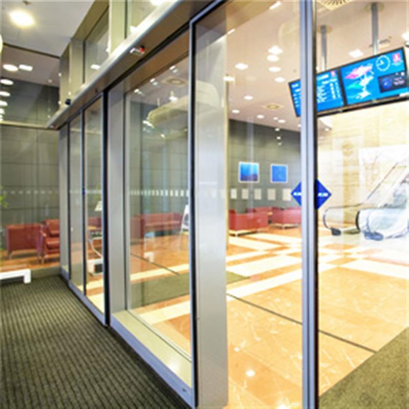 Automatické posuvné dvere v obchodnom centre