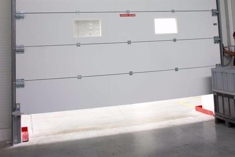 protipožiarná sekčná brána biela