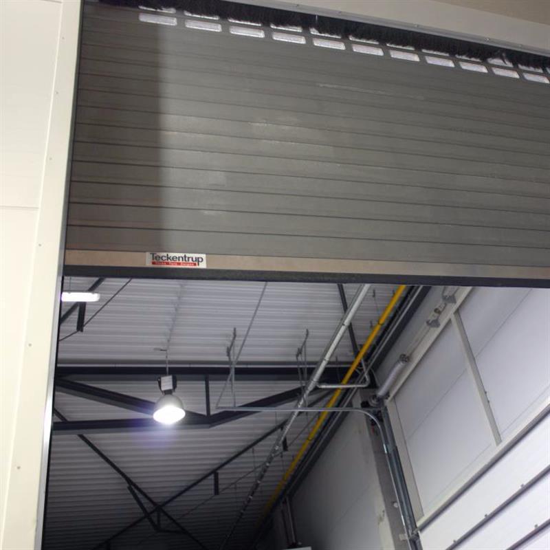 Průmyslová rolovací vrata se stříbrným nástřikem