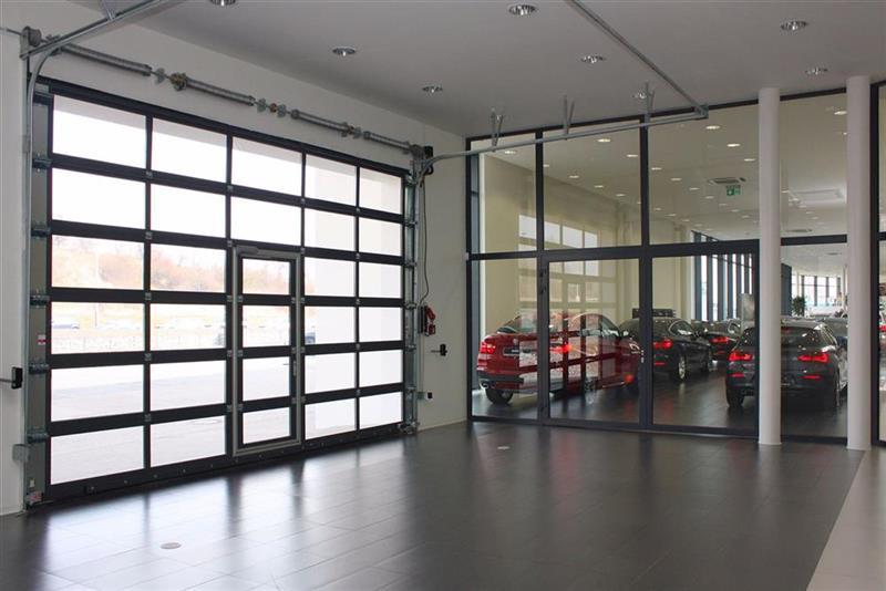 Priemyselné sekcionálne brány pre autopredajne
