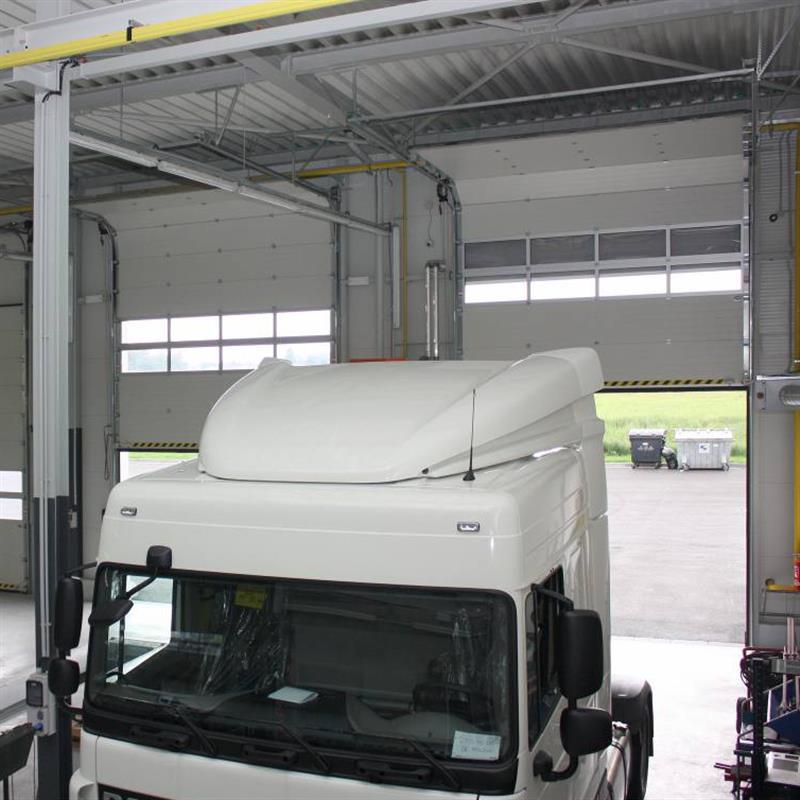 průmyslová sekční vrata pro vjezdy kamionů