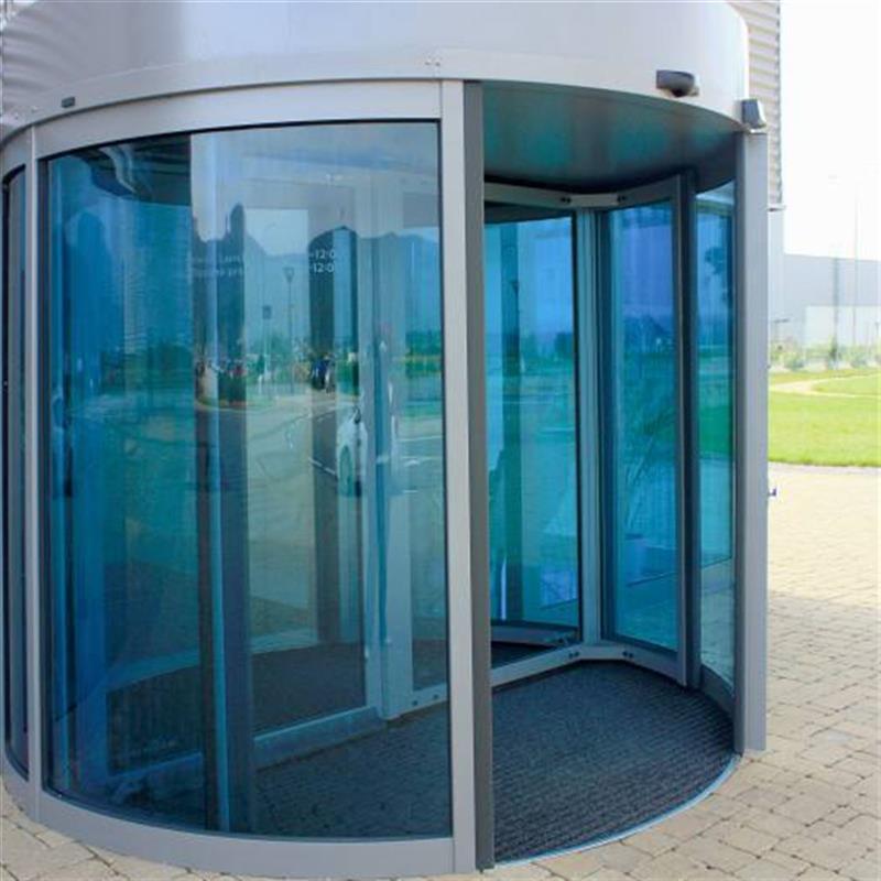 Automatizované karuselové dveře