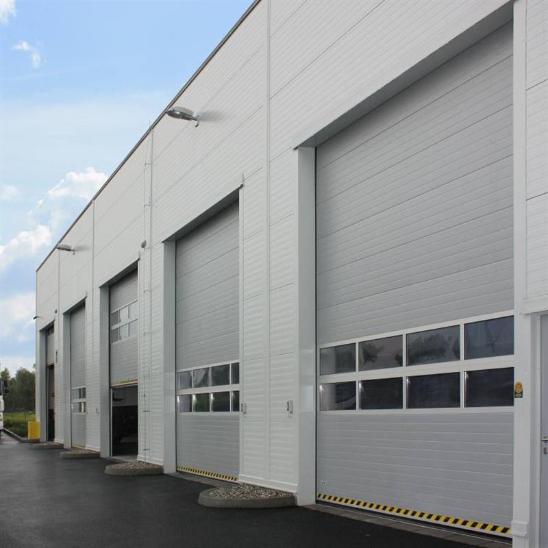 vozový park s průmyslovými vraty Spedos