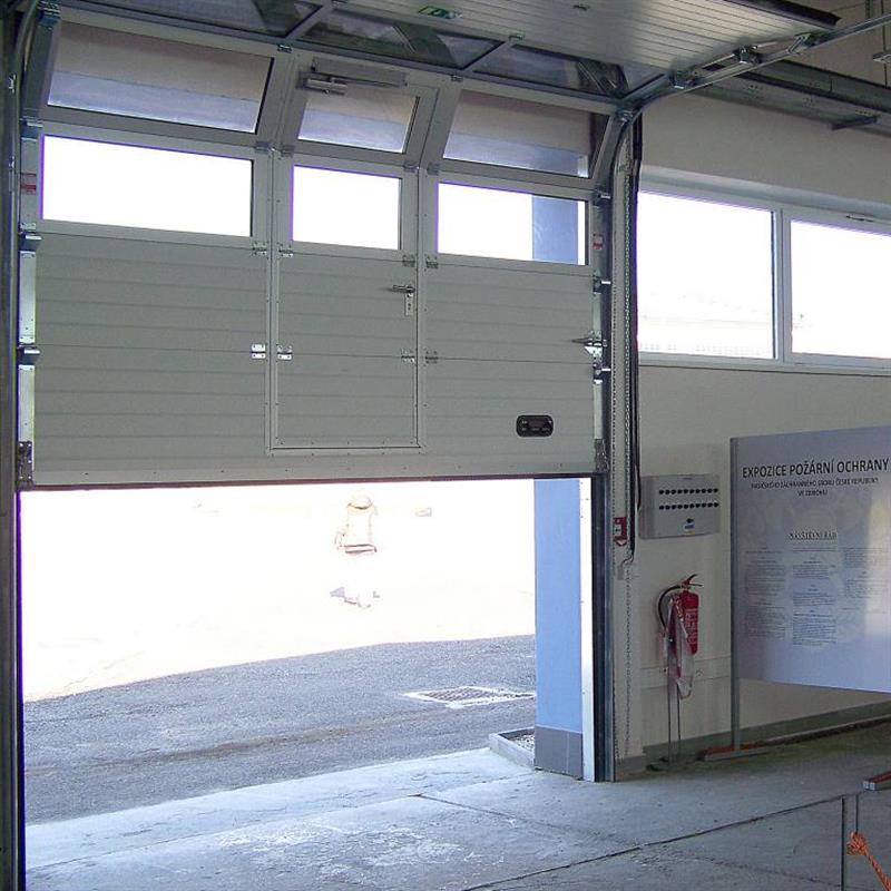 zateplená sekční vrata s průchozími dveřmi
